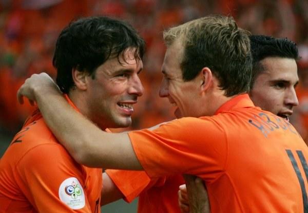 Ruud van Nistelrooy (z lewej) strzelił swoją pierwszą bramkę w finałach MŚ w Niemczech /AFP
