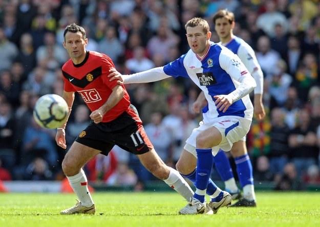 Ryan Giggs i Brett Emerton walczą o piłkę w meczu Blackburn - Man Utd /AFP