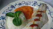 Ryba bar, pieczona z chorizo, sos z papryki