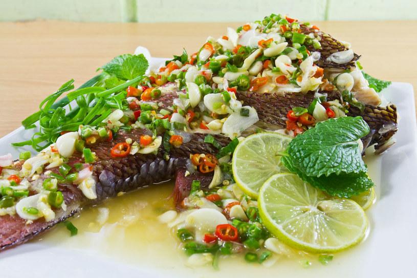 Ryba pieczona w warzywach /- /123RF/PICSEL