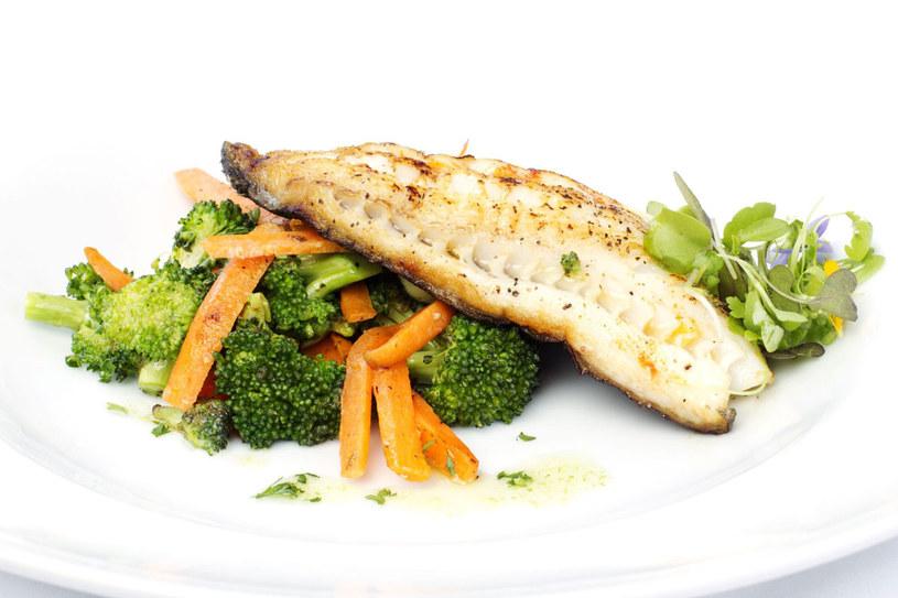 Ryba z brokułem /©123RF/PICSEL