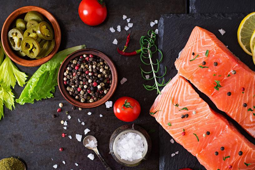 Ryby, warzywa, olej, orzechy - tych produktów nie musisz unikać /©123RF/PICSEL