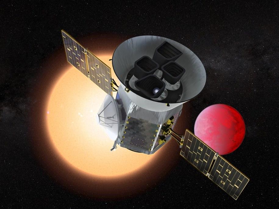 Rysunek sondy TESS na tle obiektów, które bedą przedmiotem jej badań /NASA's Goddard Space Flight Center /Materiały prasowe