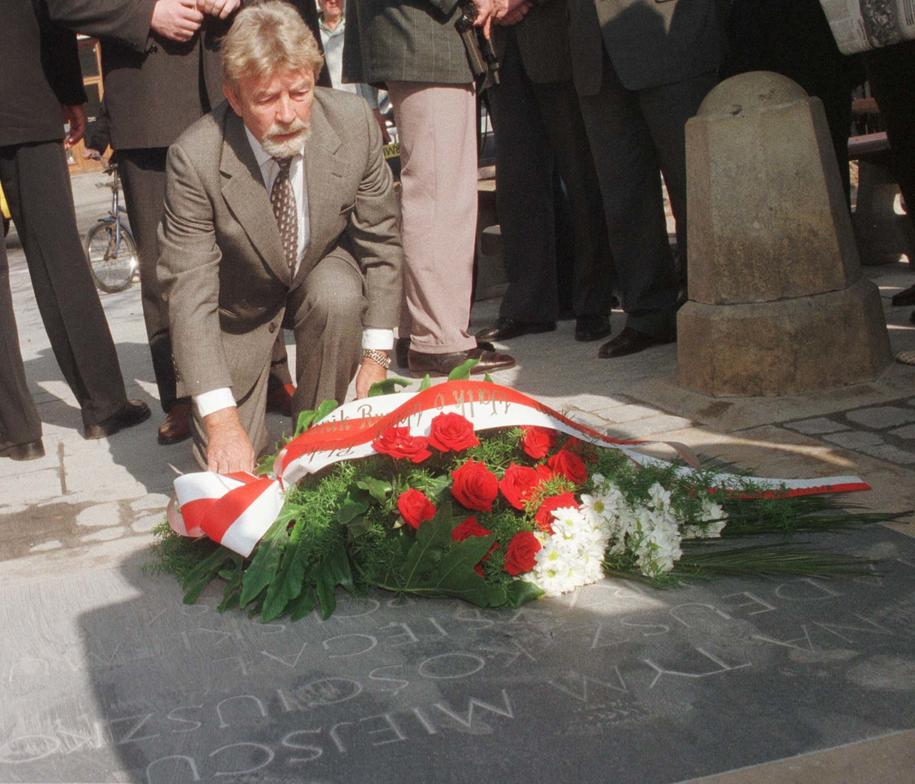 Ryszard Kukliński składający kwiaty na płycie upamiętniającej przysięgę Tadeusza Kościuszki na krakowskim Rynku w kwietniu 1998 roku / Jacek Bednarczyk    /PAP