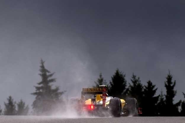 Rywalizacja zakończyła się w deszczu... Na zdjęciu bolid Roberta Kubicy /