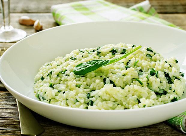 Ryż ze szpinakiem to alternatywa dla ziemniaków /123RF/PICSEL