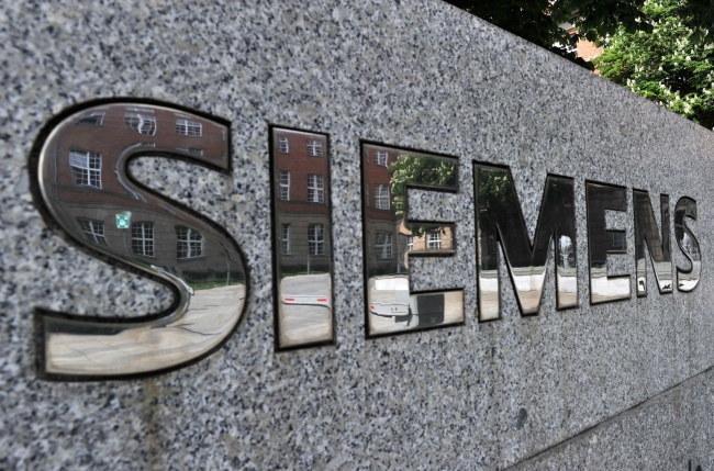 """Rzecznik Siemensa powiedział, że firmie """"nic nie wiadomo o faktach (...), które uzasadniałyby działania ze strony wywiadu"""" /PAUL ZINKEN  /PAP/EPA"""