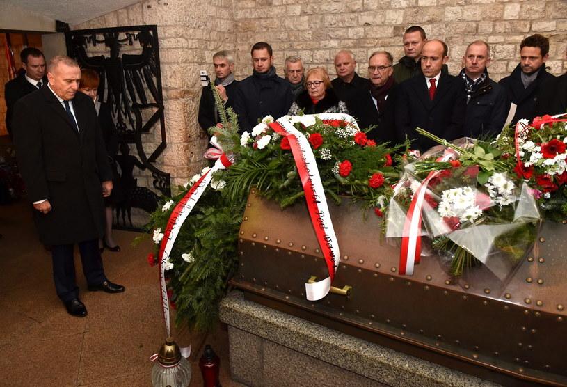 rzewodniczący Platformy Obywatelskiej Grzegorz Schetyna (L) w towarzystwie kolegów partyjnych składa kwiaty na grobie marszałka Józefa Piłsudskiego w krypcie pod Wieżą Srebrnych Dzwonów na Wawelu /Jacek Bednarczyk /PAP