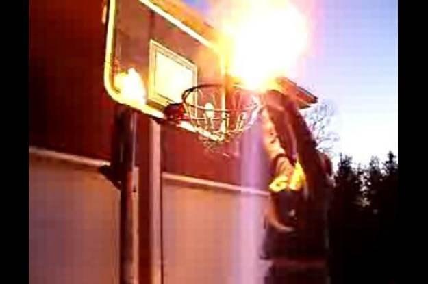 Rzucanie płonącej piłki do kosza, czyli internetowe zabawy młodych fot. YouTube /Internet