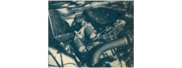 Rzut oka pod maskę. Porównując to zdjęcie z widokiem zespołu napędowego dochodzimy do wniosku, że silnik umieszczony jest w tradycyjny dla Citroena sposób - za osią kół przednich. /Citroen
