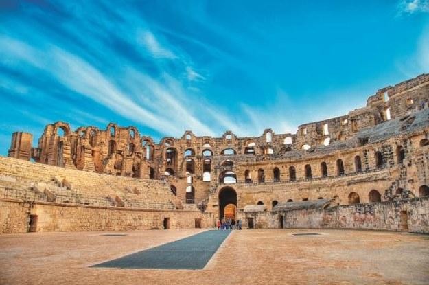 Rzymski amfiteatr w El Jem zachował się w lepszym stanie niż Koloseum. Powstał w latach 230-238 n.e. Ma kształt elipsy o obwodzie 427 m. Mógł pomieścić  30-35 tys. widzów. /123/RF PICSEL