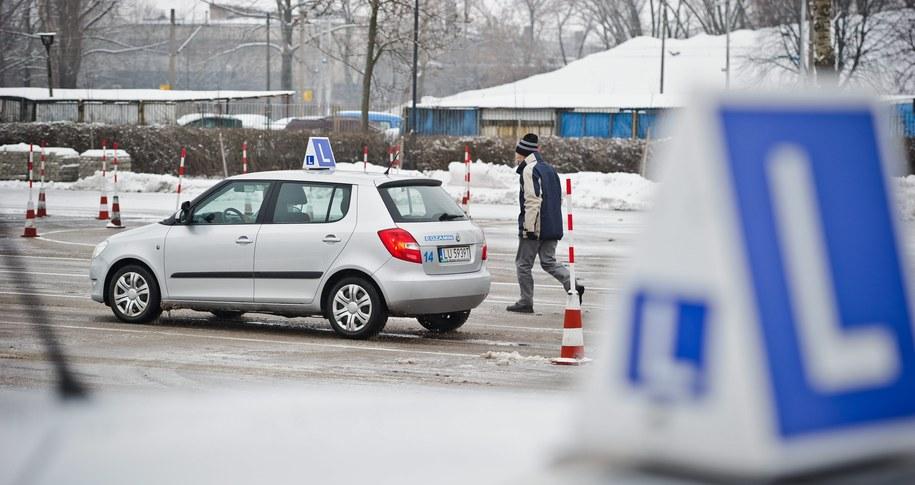 Są już pierwsi poszkodowani przez pośpieszne wprowadzanie nowych egzaminów na prawo jazdy /Wojciech Pacewicz /PAP