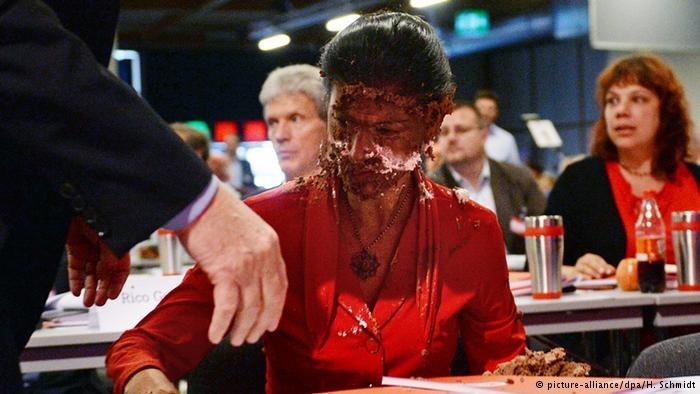 Sahrze Wagenknecht na konwencie partii w Magdeburgu dostało się tortem /Deutsche Welle