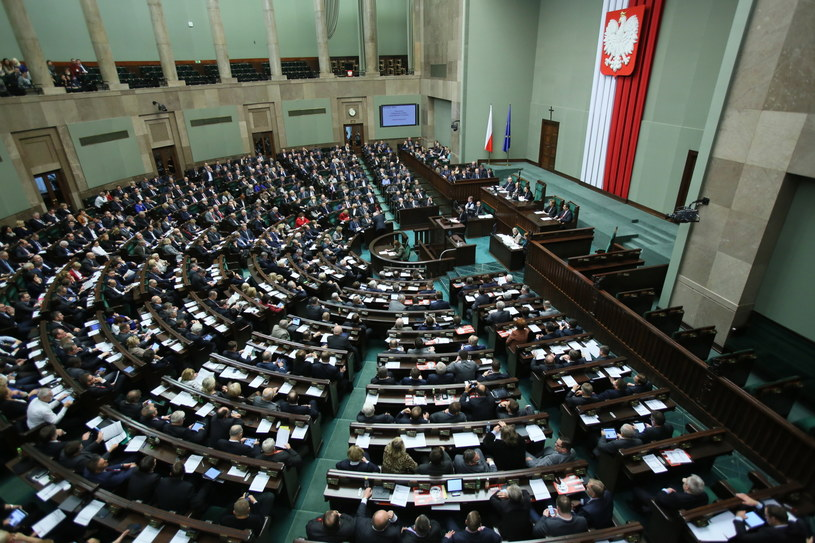 Sala sejmowa przed głosowaniem nad obywatelskim wnioskiem o przeprowadzenie referendum ws. obowiązku szkolnego 6-latków /Leszek Szymański /PAP