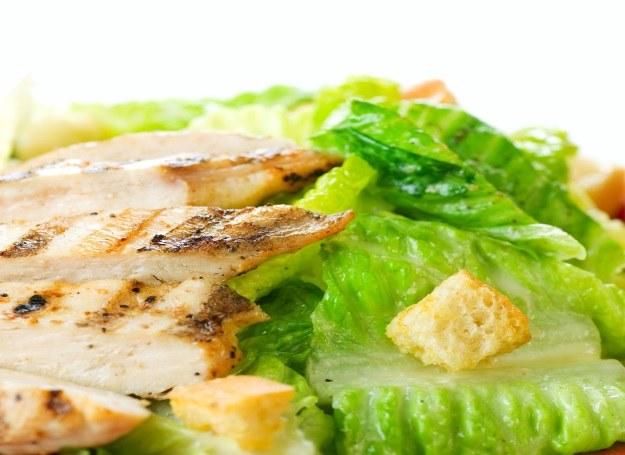 Sałata, filet z kurczaka i grzanki - niezbędne składniki Cezara! /123RF/PICSEL