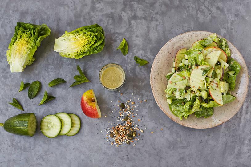 Sałata gem, ogórek, jabłko i mięta, fot. Jamie Oliver © Jamie Oliver Enterprises Limited 2015 /materiały prasowe
