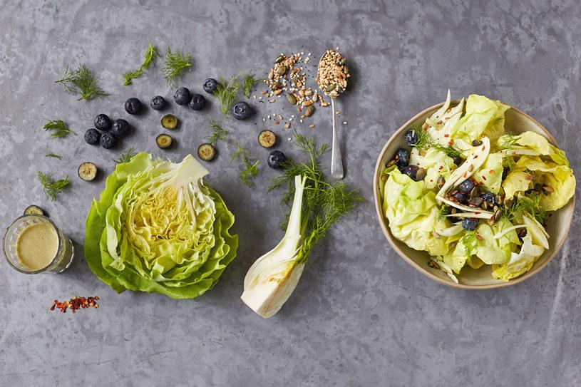 Sałata masłowa, koper włoski, borówki i chili, fot. Jamie Oliver © Jamie Oliver Enterprises Limited 2015 /materiały prasowe