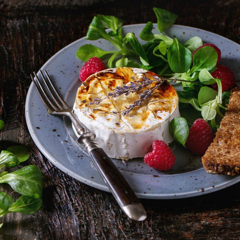 Sałata z serem i malinami /123RF/PICSEL
