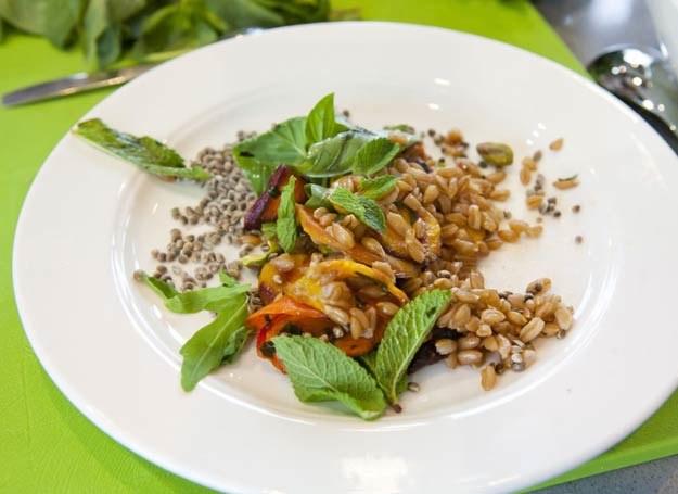 Sałatka z farro, pieczoną marchewką, pistacjami i rukolą /materiały prasowe
