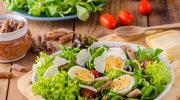 Sałatka z jajkiem, makaronem i warzywami