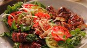 Sałatka z kurczakiem i warzywami zawijanymi w bekonie