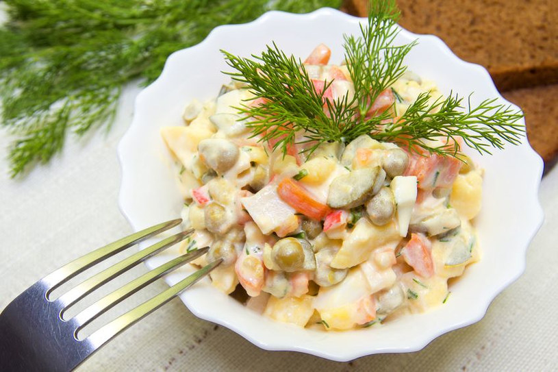 Sałatkę przyprawiamy domowym majonezem i odrobiną musztardy /123RF/PICSEL