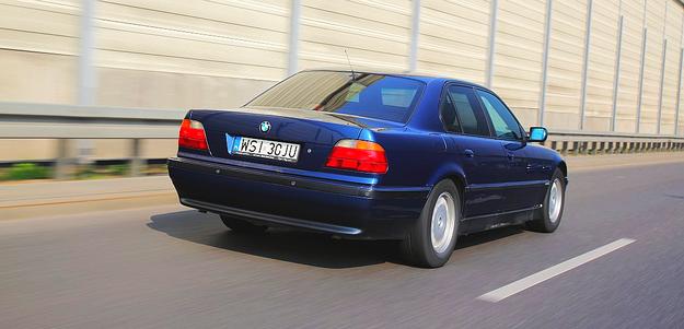 """Samochód był produkowany w dwóch odmianach różniących się długością nadwozia i rozstawem osi. Podstawowa: 498/293 cm, wersja """"L"""" 512/307 cm. /Motor"""