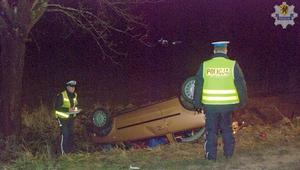 Samochód dachował. Cztery osoby trafiły do szpitala