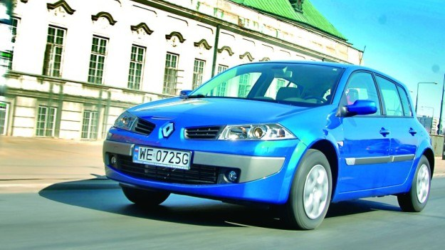 Samochód kompaktowy o mocy ok. 100 KM potrafi na krótkich dystansach zużyć 15-18 l paliwa na 100 km. /Motor