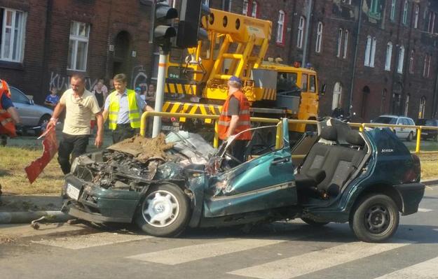 Samochód, kótry zderzył się z tramwajem /Twitter /