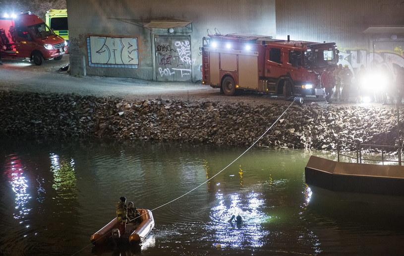 Samochód, którym jechali muzycy, wpadł do wody /JOHAN NILSSON /PAP/EPA