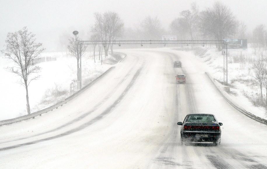 Samochód na zaśnieżonej drodze krajowej nr 77 w Żurawicy na Podkarpaciu /Darek Delmanowicz /PAP