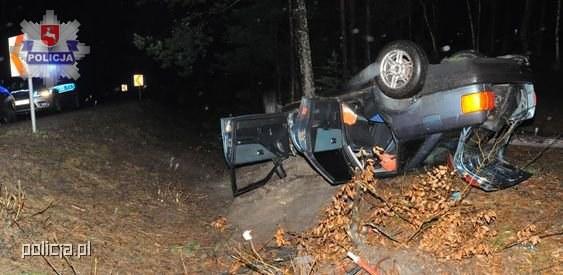 Samochód uderzył w drzewo i dachował /