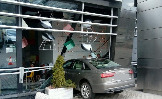 Samochód wjechał w budynek w Warszawie