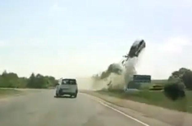 Samochód wzniósł się wysoko w górę... /