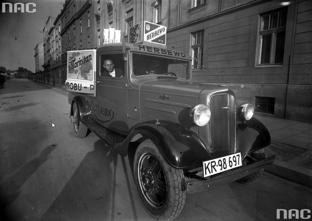 Samochód z polską tablicą rejestracyjną z Krakowa /Z archiwum Narodowego Archiwum Cyfrowego