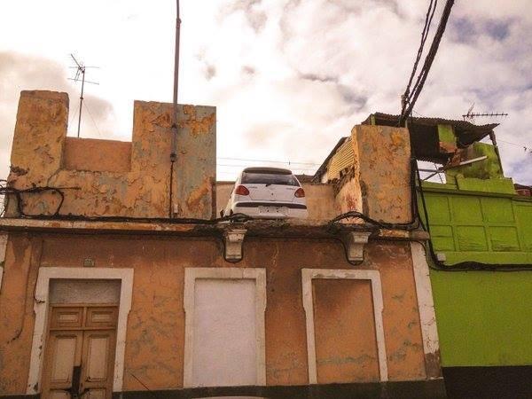 Samochód zaparkowany na dachu /