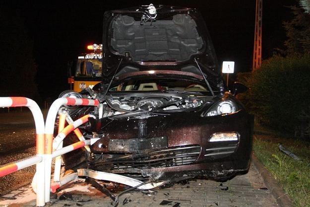 Samochód zatrzymał się na barierkach / Fot: ratownictwo.opole.pl /