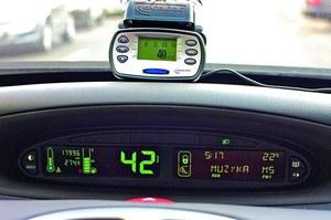 """Samochodowe prędkościomierze wskazują bezpieczne, """"optymistyczne"""" wartości. /Motor"""