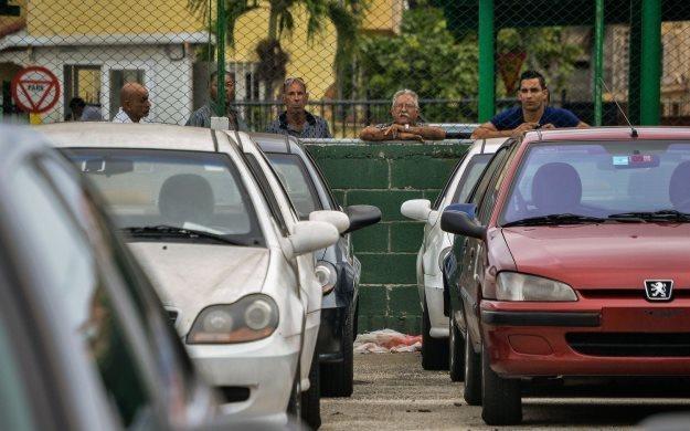 Samochody czekają, a Kubańczycy tęsknie patrzą... /AFP
