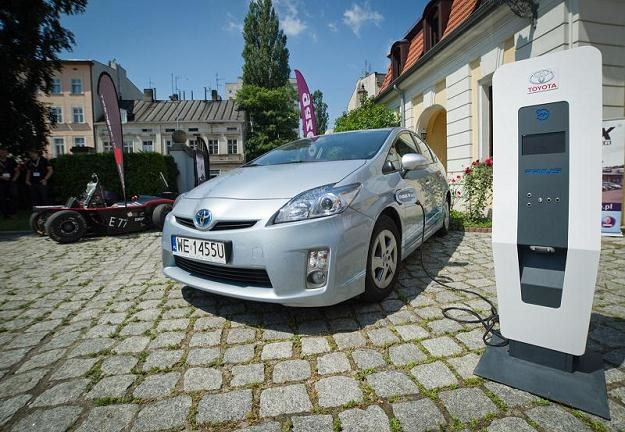 Samochody elektryczne są bardzo drogie /PAP