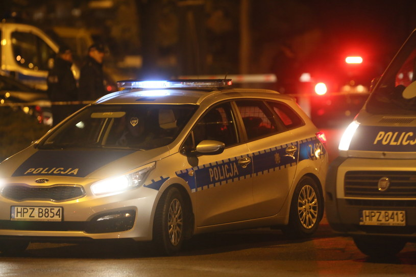 Samochody policyjne przed Cmentarzem Powązkowskim w Warszawie /Leszek Szymański /PAP