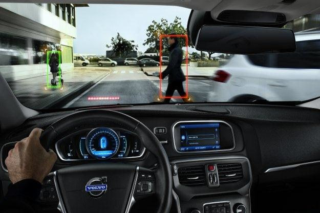 Samochody potrafią coraz więcej. Np. wykryć pieszych i zahamować /