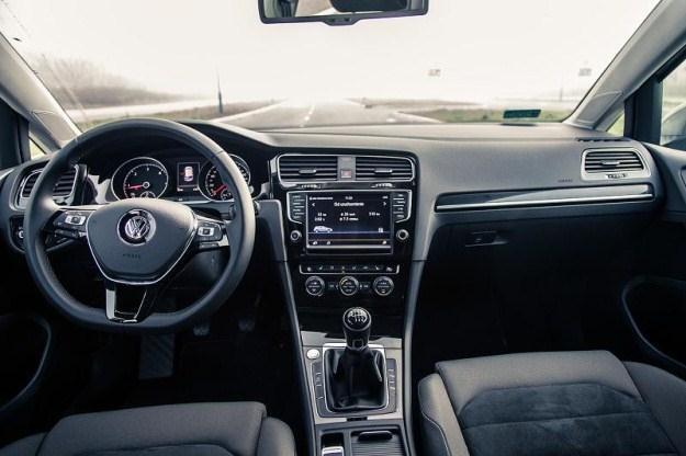 Samochody stają się jeżdżącymi komputerami / Fot: spheresis.com /