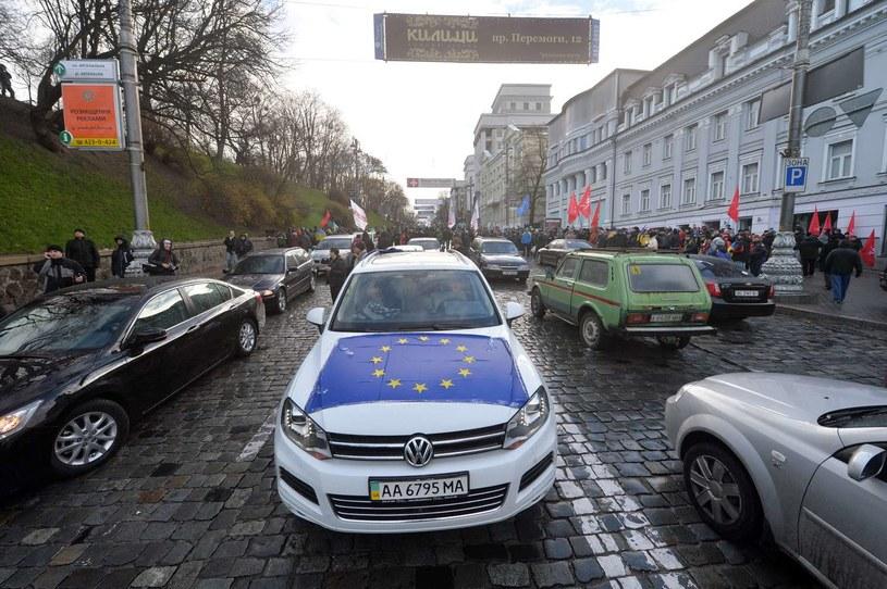 Samochody zablokowały drogę do posiadłości prezydenta Ukrainy Wiktora Janukowycza /AFP
