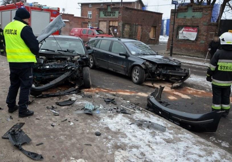 Samochody zostały poważnie uszkodzone, dwie osoby trafiły do szpitala /Policja