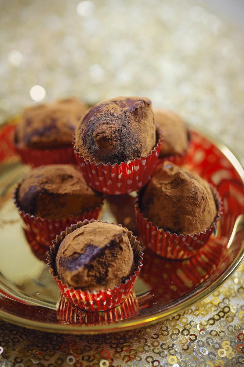 Samodzielne zrobienie trufli w domu nie przysparza większych trudności. Ważne jest jednak użycie najlepszej jakości składników – czekolady i śmietanki – oraz odpowiednie schłodzenie masy czekoladowej, dzięki czemu trufle będzie łatwo formować. Kiedy nauczymy się przepisu podstawowego, bez trudu będziemy mogli robić własne wersje, dodając ulubione składniki. fot. Eliza Mórawska /Pani
