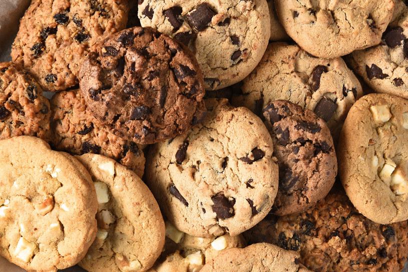 Samodzielnie przygotowane ciasteczka owsiane z dodatkiem orzechów i gorzkiej czekolady mogą być pożywnym i zdrowym drugim śniadaniem /123RF/PICSEL