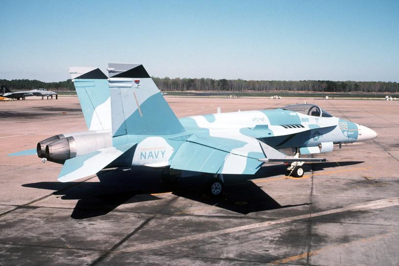 Samolot myśliwsko-szturmowy F/A-18 Hormet w schemacie malowania wykorzystywanym przez rosyjskie Su-27 /Wikimedia Commons – repozytorium wolnych zasobów /INTERIA.PL/materiały prasowe