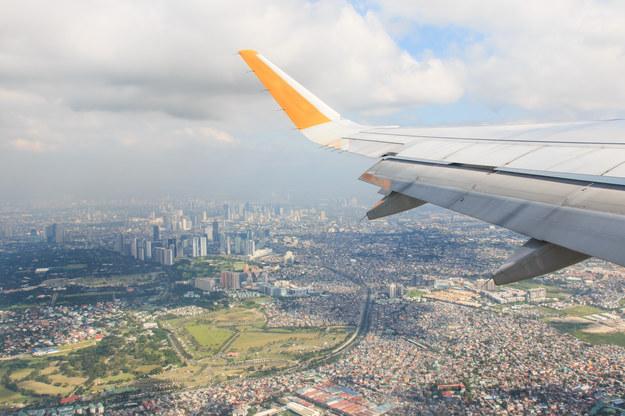 Samolot nad Manilą, stolicą Filipin /123/RF PICSEL